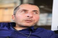 يصارع الشلل.. عراقي يكسب رزقه بأصبع وحيد ومن كرسي متحرك